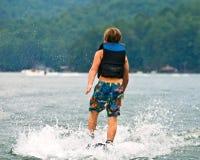 να κάνει σκι αγοριών ύδωρ π&eps Στοκ φωτογραφίες με δικαίωμα ελεύθερης χρήσης