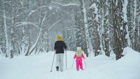 Να κάνει σκι γυναικών και μικρών κοριτσιών απόθεμα βίντεο
