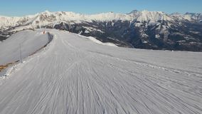 Να κάνει σκι κάτω από μια κλίση απόθεμα βίντεο