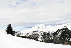 Να κάνει σκι που οργανώνεται στα βουνά χιονιού στις Άλπεις Στοκ φωτογραφία με δικαίωμα ελεύθερης χρήσης
