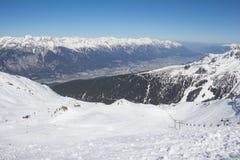 Να κάνει σκι σε Axamer Lizum με την άποψη στο Ίνσμπρουκ στο Τύρολο Αυστρία Στοκ Φωτογραφίες