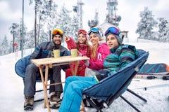 Να κάνει σκι, χειμερινή διασκέδαση - η οικογένεια παίρνει το σπάσιμο τσαγιού κατά τη διάρκεια να κάνει σκι Στοκ εικόνα με δικαίωμα ελεύθερης χρήσης