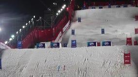 Να κάνει σκι Mogul Παγκόσμιο Κύπελλο στη Μόσχα Ρωσία Ανταγωνισμός δύο αθλητικών τύπων απόθεμα βίντεο