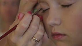 Να κάνει στιλίστων καλλιτεχνών MakeUp αποτελεί στο στούντιο για το κορίτσι εφήβων απόθεμα βίντεο