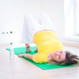 να κάνει τη γιόγκα βασικών γυναικών άσκησης Στοκ φωτογραφία με δικαίωμα ελεύθερης χρήσης