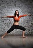 να κάνει τη γιόγκα γυναικών άσκησης Στοκ φωτογραφία με δικαίωμα ελεύθερης χρήσης
