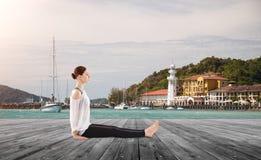 να κάνει τη γιόγκα γυναικών άσκησης Στοκ φωτογραφίες με δικαίωμα ελεύθερης χρήσης
