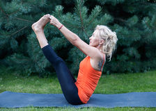 να κάνει τη γιόγκα γυναικών άσκησης Στοκ Εικόνα