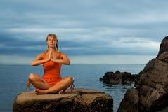 να κάνει τη γιόγκα γυναικών άσκησης Στοκ Εικόνες
