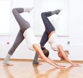 να κάνει τη γιόγκα γυναικών γυμναστικής άσκησης Στοκ Εικόνες