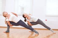 να κάνει τη γιόγκα γυναικών γυμναστικής άσκησης Στοκ φωτογραφίες με δικαίωμα ελεύθερης χρήσης