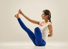 να κάνει τη γιόγκα γυναικών γυμναστική seating Ισορροπία στοκ φωτογραφία