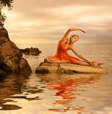 να κάνει τη γιόγκα γυναικώ&n Στοκ φωτογραφία με δικαίωμα ελεύθερης χρήσης