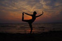 να κάνει τη γιόγκα κοριτσιών Στοκ εικόνα με δικαίωμα ελεύθερης χρήσης