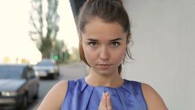 να κάνει τη γιόγκα κοριτσ&iot απόθεμα βίντεο