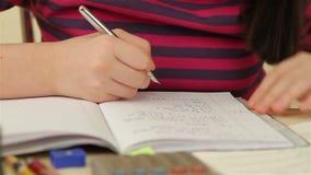 να κάνει τη μαθήτρια εργασ απόθεμα βίντεο