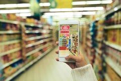 Να κάνει τις αγορές με την αυξημένη πραγματικότητα App Στοκ εικόνες με δικαίωμα ελεύθερης χρήσης