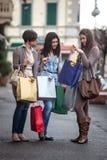 να κάνει τις ευτυχείς αγορές κοριτσιών Στοκ Φωτογραφία