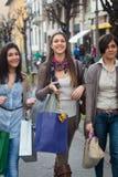 να κάνει τις ευτυχείς αγορές κοριτσιών Στοκ εικόνες με δικαίωμα ελεύθερης χρήσης