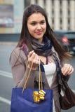 να κάνει τις ευτυχείς αγορές κοριτσιών Στοκ εικόνα με δικαίωμα ελεύθερης χρήσης