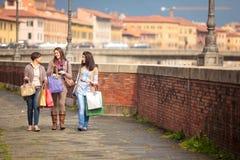 να κάνει τις ευτυχείς αγορές κοριτσιών Στοκ Εικόνα