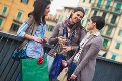 να κάνει τις ευτυχείς αγορές κοριτσιών Στοκ φωτογραφία με δικαίωμα ελεύθερης χρήσης