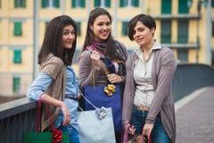 να κάνει τις ευτυχείς αγορές κοριτσιών Στοκ Φωτογραφίες