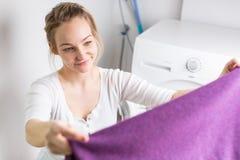 να κάνει τις νεολαίες γυναικών πλυντηρίων οικιακών στοκ φωτογραφίες με δικαίωμα ελεύθερης χρήσης