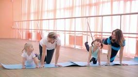 Να κάνει τον αθλητισμό για τους γονείς και τα παιδιά απόθεμα βίντεο