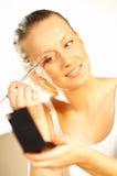 να κάνει το κορίτσι makeup στοκ εικόνα με δικαίωμα ελεύθερης χρήσης