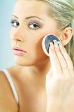 να κάνει το κορίτσι makeup Στοκ εικόνες με δικαίωμα ελεύθερης χρήσης