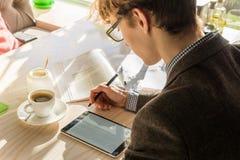 Να κάνει το πρόγραμμα εγχώριας ανάθεσης στον καφέ κατά τη διάρκεια του μεσημεριανού γεύματος στοκ εικόνες