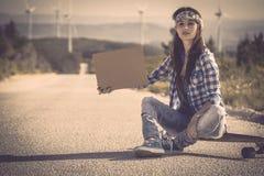 να κάνει ωτοστόπ κοριτσιών Στοκ φωτογραφίες με δικαίωμα ελεύθερης χρήσης