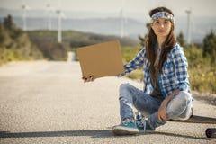 να κάνει ωτοστόπ κοριτσιών Στοκ εικόνες με δικαίωμα ελεύθερης χρήσης