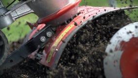 Να καλλιεργήσει το έδαφος ακραίο στενό επάνω σε σε αργή κίνηση φιλμ μικρού μήκους
