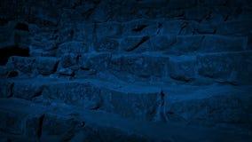 Να κινηθεί κάτω από τα βήματα των αρχαίων καταστροφών τη νύχτα απόθεμα βίντεο