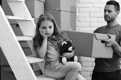 Να κινηθεί μέσα και έννοια οικογενειακού προβλήματος Deliveryman και κορίτσι με το λυπημένο ή τρυπημένο πρόσωπο Στοκ Φωτογραφία