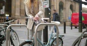 Να κλειδώσει το ποδήλατό της απόθεμα βίντεο