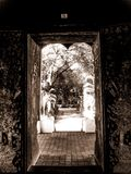 Να κοιτάξει έξω από εσωτερικό του ναού Ταϊλάνδη Στοκ φωτογραφία με δικαίωμα ελεύθερης χρήσης