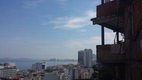 Να κοιτάξει έξω πέρα από το Ρίο από μέσα από ένα favela στοκ εικόνες