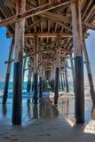 Να κοιτάξει έξω στη θάλασσα από κάτω από την αποβάθρα Newport Beach στοκ φωτογραφίες