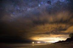 Να κοιτάξει επίμονα τα αστέρια στη μαγική παραλία Στοκ Εικόνα