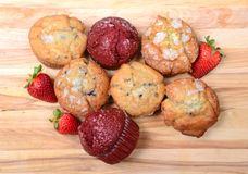 Να κοιτάξει κάτω σε ποικίλα muffins Στοκ Εικόνες