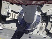 να κοιτάξει κάτω στην οδό από έναν πύργο στοκ φωτογραφία με δικαίωμα ελεύθερης χρήσης