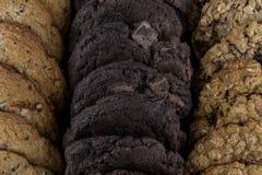 Να κοιτάξει κάτω στις σειρές των ανάμεικτων μπισκότων Στοκ Εικόνα