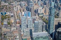 Να κοιτάξει κάτω στο στο κέντρο της πόλης ορίζοντα του Τορόντου ` s στοκ εικόνα