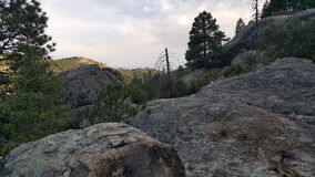 Να κοιτάξει πέρα από έναν απότομο βράχο στοκ εικόνες με δικαίωμα ελεύθερης χρήσης