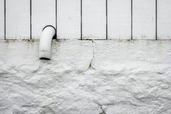 Να κολλήσει ακρών σωλήνων από έναν άσπρο φράκτη Στοκ φωτογραφία με δικαίωμα ελεύθερης χρήσης
