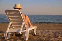 Να κουβεντιάσει γυναικών smartphone στο μόνιππο longue στην παραλία Στοκ φωτογραφίες με δικαίωμα ελεύθερης χρήσης