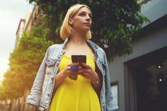 Να κουβεντιάσει κοριτσιών Hipster για συναντά έναν φίλο Στοκ Εικόνες